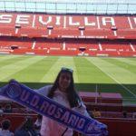 Sofía muestra a qué club pertenece en el Sánchez Pizjuan .